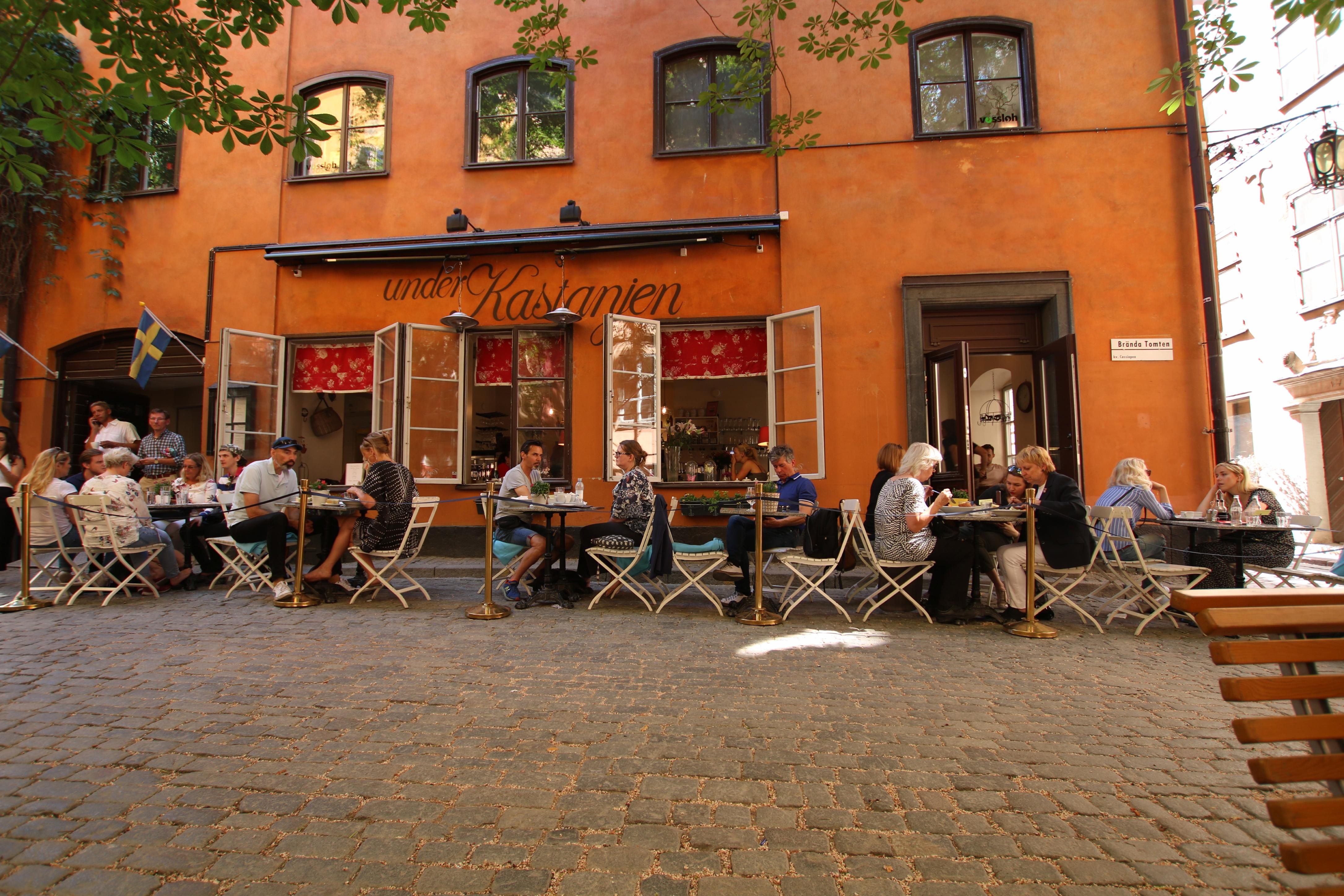 Restauracja pod kasztanem na starówce w Sztokholmie