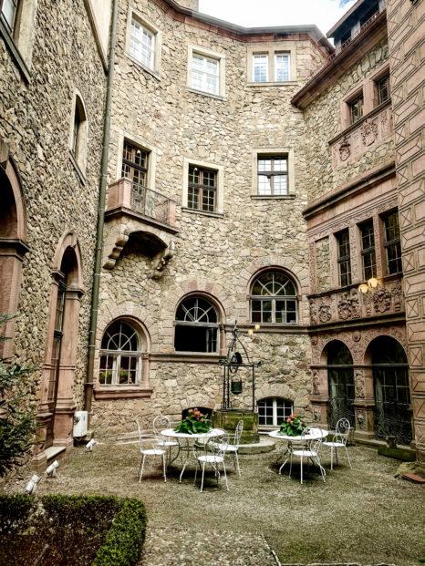 Wewnętrzny dziedziniec na Zamku w Książu