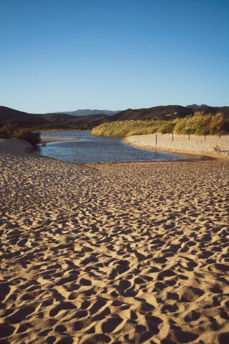 Plaże Chia o zachodzie słońca
